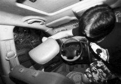 汽车淹水如何逃生?记者验证网络破窗逃生方法
