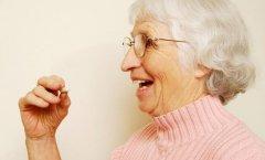 老年人吃药喝白开水有利有弊