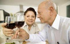 老年人睡前喝酒健康吗