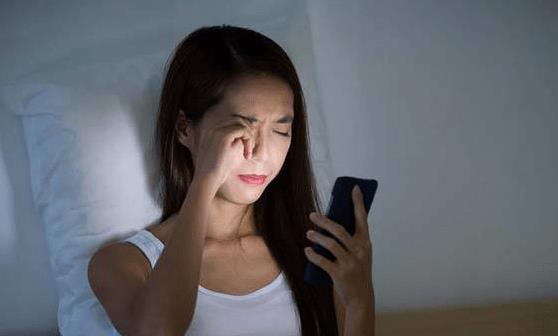 长期睡前熬夜玩手机会带来的8个后果 改掉坏习惯利于健康