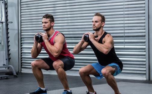 在家用哑铃就可以练腿 助你练出超强下肢力量