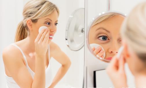 眼部卸妆油的使用指南 卸妆品在脸上不宜久留