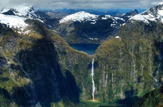 新西兰萨瑟兰瀑布