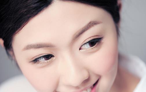 警惕长期使用双眼皮贴的危害 可使皮肤失去弹性