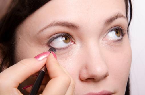 长期画眼线对眼睛有害 化妆时保护眼睛的诀窍
