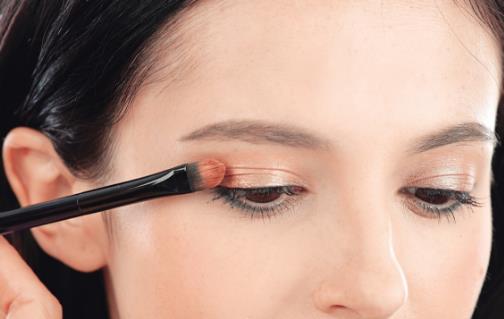 眼妆要出彩需掌握的技巧 画眼影的基础步骤以及位置