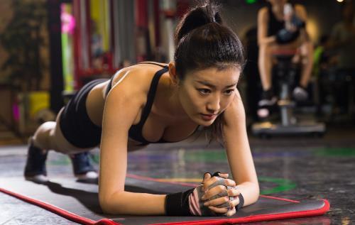 每天平板支撑五分钟改善体态 解锁平板支撑正确姿势