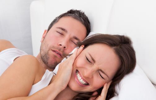 我国有30%的人会打鼾 伴侣呼噜声太大能不能拍醒他