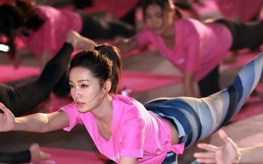 女生练翘臀器械训练 练臀避免腿部变粗的方法