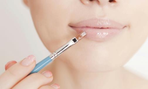 经常舔嘴唇容易导致嘴唇干 多喝水竟然会有这个作用