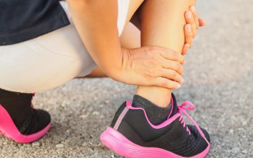 扭伤脚是先冷敷还是热敷 不同关节扭伤处理方法不同