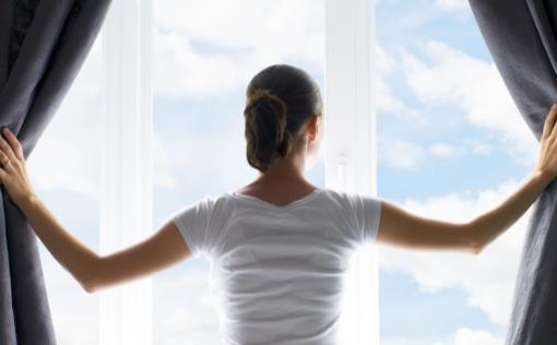 夏天到底该不该开窗 室内空气污染日常防护