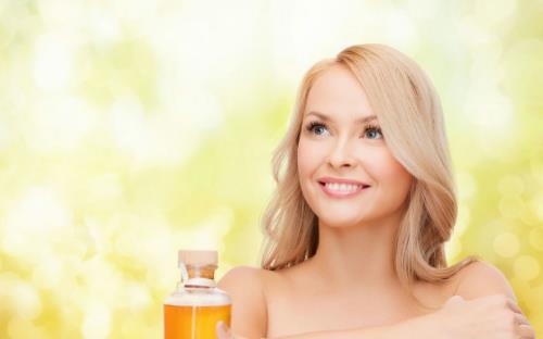 头发没吹干就睡觉会诱发感冒 不能使用太烫的水洗头发